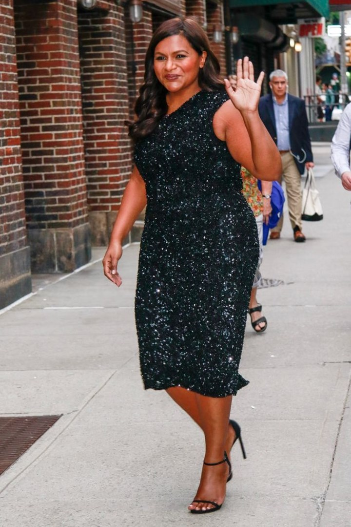 Mindy Kaling com um vestido preto cintilante nas ruas de Nova Iorque Cidade