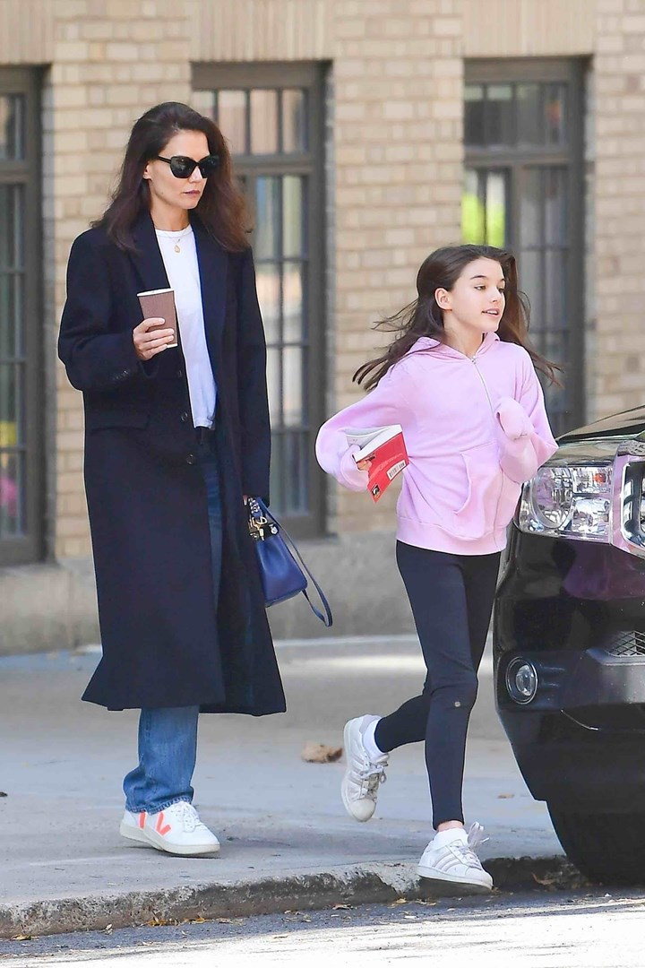 What will Tom Cruise think? Suri Cruise is reading a very adult book