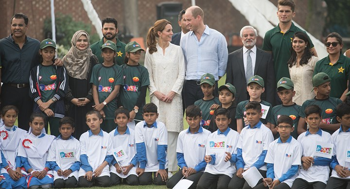 Stylish Kate Middleton plays cricket in Pakistan
