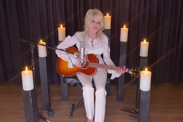 Dolly Parton Sings A Heartfelt Rendition As A Tribute To The Late Kenny Rogers