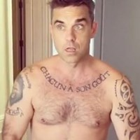 Robbie Williams strips nude for fans